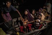 Rohingyas_01<br /> Una barca llena de mujeres y niños poco después de llegar a las costas del sur de Bangladesh, en Shah Porir Dwip. Huyen de sus aldeas en Myanmar y cruzan el río Naf en barcas de pesca. 01/10/2017.