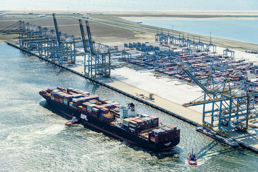 Nederland, Zuid-Holland, Rotterdam, 10-06-2015; <br /> Container Ship Le  Havre van APL (American President Lines) meert af aan de containerterminal van RWG (Rotterdam World Gateway), geassisteerd door twee sleepboten van Kotug. De vlet van de roeiers van de KRVE zorgt voor de trossen.<br /> Container Ship Le Havre APL (American President Lines) moors at the container terminal of RWG (Rotterdam World Gateway), assisted by two tugs Kotug.<br /> luchtfoto (toeslag op standard tarieven);<br /> aerial photo (additional fee required);<br /> copyright foto/photo Siebe Swart