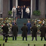 Overbrengen lichaam van overleden prins Bernhard van paleis Soestdijk, kinderen, Beatrix, Irene, Christina en Magriet op het bordes