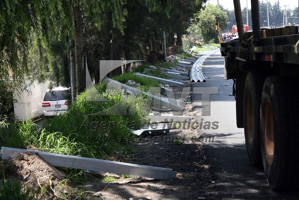 METEPEC, Mexico.- Cuadrillas de trabajadores de Caminos y Puentes, realizan la colocación de barras metálicas en la carretera Tenango Toluca a la altura de San Lorenzo del municipio de Metepec, con el fin de evitar accidentes. Agencia MVT / José Hernández. (DIGITAL)