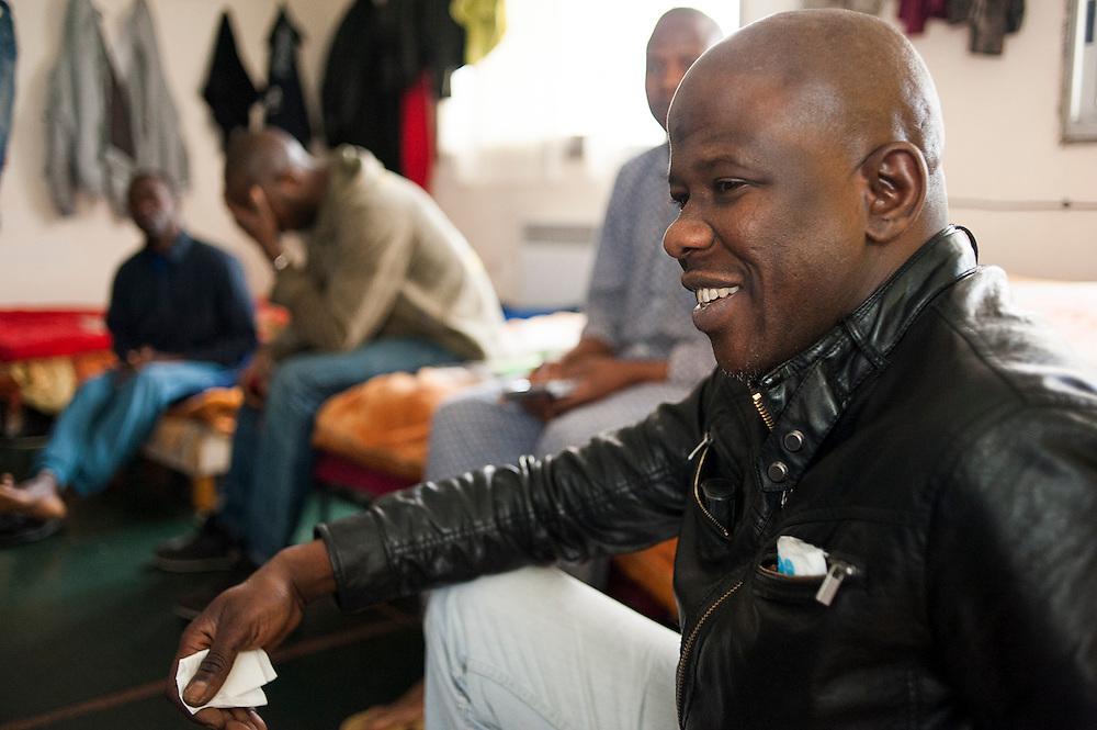 Issa Cissé, 41 jaar, de woordvoerder van de Afrikaanse migranten. Hij wil presidant van Mali worden. Sinds 2011 wonen 150 Afrikaanse migranten in een voormalige fabriek in de Parijse voorstand Montreuil, omdat ze illegaal in Frankrijk verblijven, kunnen ze geen woonruimte huren. In het 450 m2 grote pand wonen jonge mannen uit Malië, Ivoorkust, Bukina Faso, Niger.