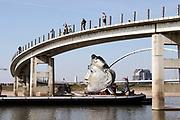 Nederland, Millingen, Nijmegen, 8-4-2030 Vandaag werd een replica van een Romeins masker vervoerd van de scheepswerf in Millingen aan de Rijn naar Het Lentereiland in de nevengeul bij Nijmegen. Het beeld van 6 meter hoog wordt daar geplaatst om als blikvanger en uitkijkpunt te dienen voor de oude stad. Het origineel bevindt zich in museum het Valkhof. De maker en ontwerper is kunstenaar Andreas Hetfeld . Foto: Flip Franssen