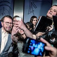 Duitsland, Aken, 28 april 2016.<br /> Uitreiking Europees eremetaal aan Songfestival.<br /> In -het stadhuis aan de Markt in Aken wordt een Europese onderscheiding uitgereikt aan het Eurovisie Songfestival, vanwege de bijdrage van dat evenement aan de Europese eenheid en identiteit. Om 16.30 begint in de Rode Zaal een persconferentie met o.a. Bjorn Ulvaeus (een van de B's van Abba) die de laudatio zal houden.<br /> Op de foto: Fans willen op de foto  en een handtekening van voormalig Abba bandlid  Bjorn Ulvaeus.<br /> <br /> <br /> <br /> Foto: Jean-Pierre Jans
