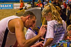 08-01-2011 VOLLEYBAL: CEV SATELLITE INDOOR BEACHVOLLEYBALL: AALSMEER<br /> The first CEV Indoor beachvolleyball tournament / Richard Schuil met ballenroller vrijwilliger<br /> ©2011-WWW.FOTOHOOGENDOORN.NL / Peter Schalk