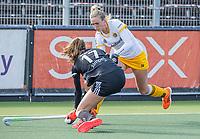 AMSTELVEEN -  Sanne Koolen (DenBosch) met Felice Albers (Adam)  tijdens  de hoofdklasse hockey competitiewedstrijd dames, Amsterdam-Den Bosch (0-1)  COPYRIGHT KOEN SUYK