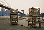 New York . Brooklyn. Twins by Ursula Clark , for the twin towers, the world trade center,  DUMBO area, Fulton ferry park , sculpture exhibition. under the Brooklyn bridge  New York  Usa /   Twins par Ursula Clark, homage aux 9 septembre , la destruction des tours du world trade center, Dumbo, le Fulton ferry park, exposition de sculptures sous le pont de Brooklyn,   New York  USa