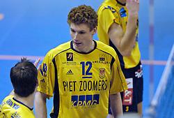 26-02-2005;VOLLEYBAL;FINAL 4 BEKER;PIET ZOOMERS DYNAMO-ORTEC NESSELANDE;AMSTELVEEN<br /> <br /> Nesselande wint in vier sets en plaatst zich voor de finale - <br /> <br /> <br /> <br /> ©2005-WWW.FOTOHOOGENDOORN.NL Bas van de Goor bas van de goor