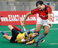 WK Hockey. Nederland-Belgie (5-1). Karel Klaver wordt afgestopt door de Belg Thierry Reinaer.