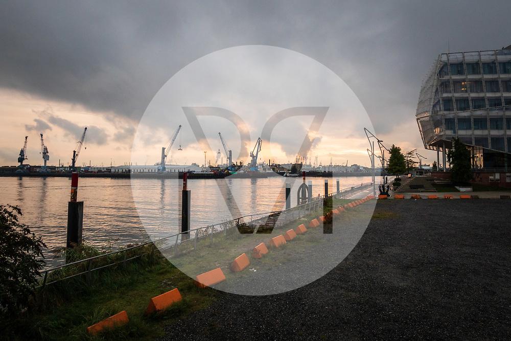 DEUTSCHLAND - HAMBURG - Abendstimmung im Hafen, Blick vom Hamburg Cruise Center in der HafenCity - 25. September 2019 © Raphael Hünerfauth - https://www.huenerfauth.ch