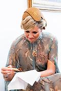 Staatsbezoek van Koning Willem Alexander en  Koningin Maxima aan Indonesie Dag 1 Java, Jakarta Koningin Máxima en echtgenote van de president bekijken een Javaanse dans en een tentoonstelling over Batik in het paleis. ////  State visit by King Willem Alexander and Queen Maxima to Indonesia Day 1 Java, Jakarta Queen Máxima and the president's wife watch a Javanese dance and an exhibition about Batik in the palace.