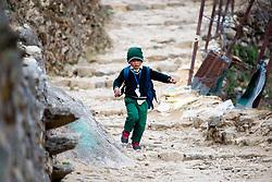 """THEMENBILD - Kind in Namche Bazaar. Wanderung im Sagarmatha National Park in Nepal, in dem sich auch sein Namensgeber, der Mount Everest, befinden. In Nepali heißt der Everest Sagarmatha, was übersetzt """"Stirn des Himmels"""" bedeutet. Die Wanderung führte von Lukla über Namche Bazar und Gokyo bis ins Everest Base Camp und zum Gipfel des 6189m hohen Island Peak. Aufgenommen am 10.05.2018 in Nepal // Trekkingtour in the Sagarmatha National Park. Nepal on 2018/05/10. EXPA Pictures © 2018, PhotoCredit: EXPA/ Michael Gruber"""