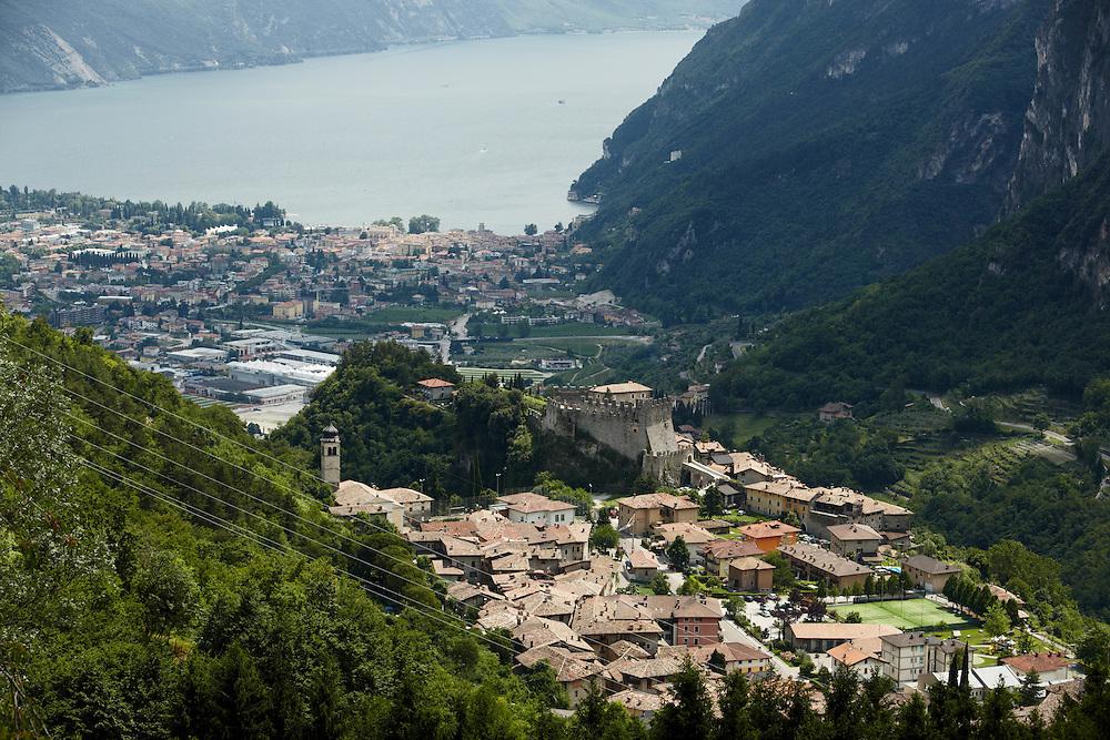 Tenno (TN) -  Tenno, il Castello, Riva del Garda e il lago di Garda visti da Calvola.