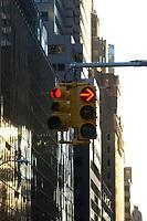 21 NOV 2003, NEW YORK/USA:<br /> Eine Rote Verkehrsampel vor den Hochhauskulissen  von Manhatten, New York<br /> IMAGE: 20031121-02-017<br /> KEYWORDS: Taxi, Strasse