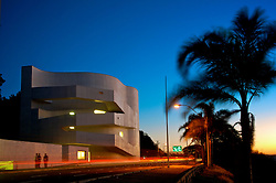 A Fundação Iberê Camargo conta com uma área total de 8.250m², construída às margens do Guaíba na Avenida Padre Cacique, 2000. Projetada pelo Arquiteto Álvaro Siza Vieira, o Projeto recebeu o Leão de Ouro na Bienal de Arquitetura de Veneza, em 2002, e se configura como um referencial arquitetônico não apenas para Porto Alegre, como também para o Brasil. Primeira no País a utilizar concreto branco aparente, armado em toda a sua extensão, a construção não utiliza tijolos ou elementos de vedação. Além do impacto plástico, o material oferece alta durabilidade e baixa manutenção. FOTO: Jefferson Bernardes/ Agência Preview