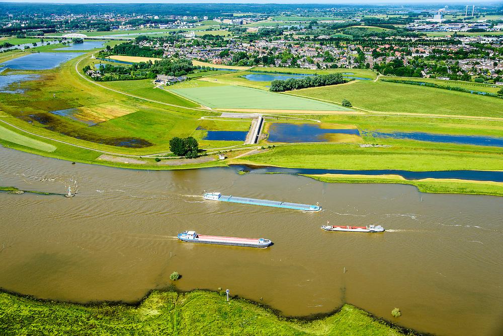 Nederland, Gelderland, Gemeente Arnhem, 09-06-2016; IJsselkop, splitsing van het Pannerdensch Kanaal (uitloper van de Rijn) in Neder-Rijn en IJssel. In de uiterwaarden van de Hondsbroeksche Pleij bij Westervoort het regelwerk wat bij hoogwater het water over beide riviertakken verdeelt.<br /> Division of river Rhine in Lower Rhine and IJssel. In the floodplains the control works that distributes the water over two river branches.<br /> <br /> luchtfoto (toeslag op standard tarieven);<br /> aerial photo (additional fee required);<br /> copyright foto/photo Siebe Swart