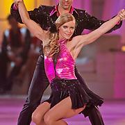 NLD/Hilversum/20110204 - 2e Liveshow Sterren Dansen op het IJs 2011, Inge de Bruin en schaatspartner Matteo Zanni