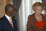 Queen Beatrix receives the South African presedent  Mbeki and his wife on Palace Noordeinde. Umbeki is for two days in the Netherlands by invetation of the dutch goverment.<br /> <br /> Hare Majesteit de Koningin ontvangt de Zuid-Afrikaanse president Mbeki en zijn echtgenote op paleis Noordeinde.