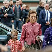 NLD/Zeist/20190430 - Inloop verjaardag Pieter Van Vollenhoven, Aimee Sohngen en kinderen Magali Margriet Eleonoor, Eliane en links in paarse jurk Annemarie Cecilia Gualthérie van Weezel