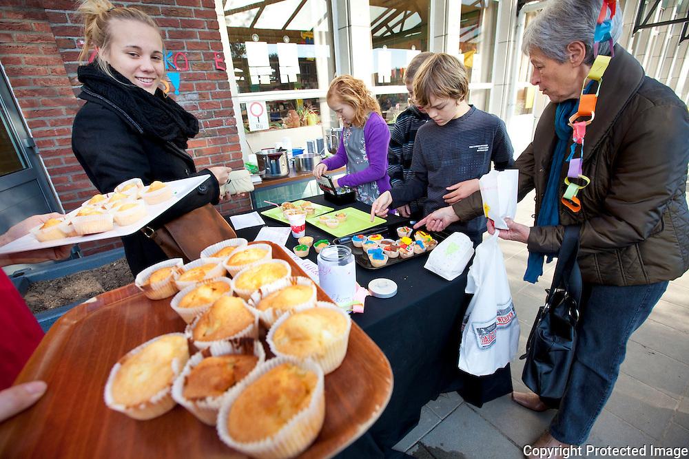 368158-basisschool Zandloper verkopen smouthies en cupcakes ten voordelen van steun aan afrika-zandlaan nijlen