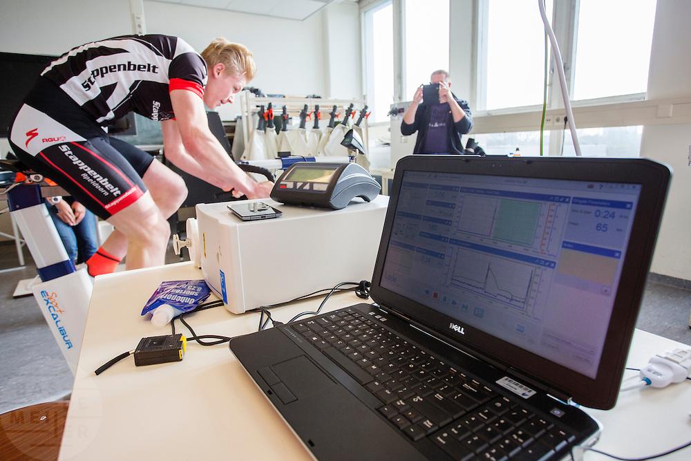 Julian is bezig met een wingate test om het trapvermogen te kunnen bepalen. Bij de VU in Amsterdam worden testen gedaan met potentiele renners voor de VeloX VI. In september wil het Human Power Team Delft en Amsterdam, dat bestaat uit studenten van de TU Delft en de VU Amsterdam, tijdens de World Human Powered Speed Challenge in Nevada een poging doen het wereldrecord snelfietsen te verbreken. Het record is met 139,45 km/h sinds 2015 in handen van de Canadees Todd Reichert.<br /> <br /> With the special recumbent bike the Human Power Team Delft and Amsterdam, consisting of students of the TU Delft and the VU Amsterdam, also wants to set a new world record cycling in September at the World Human Powered Speed Challenge in Nevada. The current speed record is 139,45 km/h, set in 2015 by Todd Reichert.