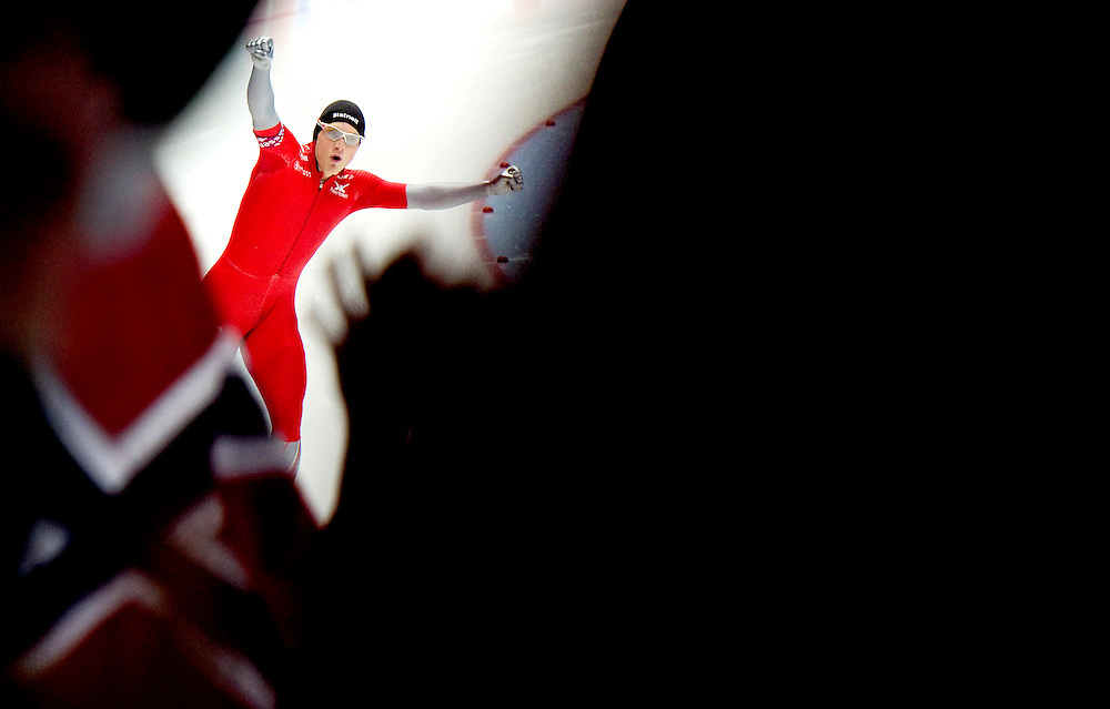 Duitsland, Inzell, 10-03-2011.<br /> Schaatsen, Wereldkampioenschap afstanden.<br /> 1500 meter, Mannen.<br /> Havard Bokko wordt direct na zijn overwinning hartstochtelijk toegejuicht door het vak noorse fans.<br /> Foto: Klaas Jan van der Weij