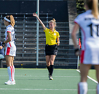 AMSTELVEEN -  Scheidsrechter Lorijn de Kraker tijdens de hockey hoofdklasse competitiewedstrijd  dames, Amsterdam-Oranje Rood(2-1).  COPYRIGHT KOEN SUYK