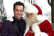 Koningin Maxima is aanwezig bij de BZT Kerstshow in Carre Amsterdam. De BZT Band XXL is compleet! Tien muzikale groepen, met elk een eigen 'sound', treden aanstaande op in een vol Carré op het Kerst Muziekgala 2016 als onderdeel van Meer muziek in de klas.<br /> <br /> Queen Maxima attends the BZT Christmas Show in Amsterdam Carre. The BZT Band XXL is complete! Ten musical groups, each with its own 'sound', stairs leading into a full Carré in Christmas music gala 2016 as part of more music in class.<br /> <br /> Op de foto / On the photo: <br /> <br />  Jan Kooijman met de kerstman