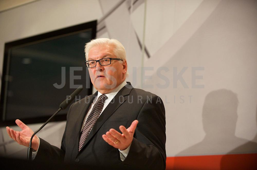 DEU, Deutschland, Germany, Berlin, 13.12.2011:<br />Der Vorsitzende der SPD-Bundestagsfraktion Frank-Walter Steinmeier (SPD) während eines Pressestatements vor Beginn der SPD-Fraktionssitzung im Deutschen Bundestag.