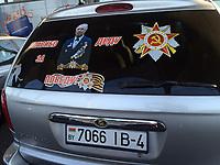 """05.06.2015 Bialystok woj podlaskie n/z naklejka """" Spasibo dedu za pobedu """" na bialoruskim samochodzie przed galeria handlowa . W wolnym tlumaczeniu """" Dziekuje dziadkowi za zwyciestwo """" . W ten sposob Rosjanie oddaja hold uczestnikom i poleglym w Wielkiej Wojnie Ojczyznianej 1941-45 , w ktorej poniesli straty obliczane na ok. 20 mln ludzi fot Michal Kosc / AGENCJA WSCHOD"""