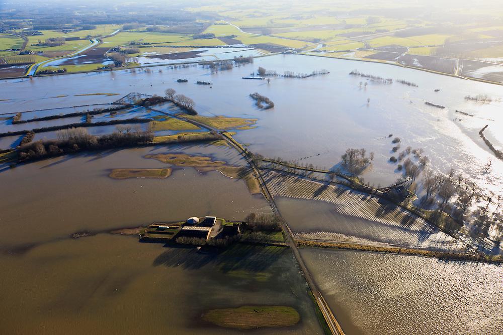 Nederland, Gelderland, Brummen, 20-01-2011; Cortenoever, IJssel bij hoogwater. De uiterwaarden zijn overstroomd, de Weg naar het Ganzenei  (lokale weg) is onder water komen te staan. De buitendijkse boerderijen zijn moeilijk bereikbaar..The high water of the river IJssel.  The land outside the dikes, flood plains and  the road to the Ganzenei are flooded. The outer dike farms are difficult to reach..luchtfoto (toeslag), aerial photo (additional fee required).copyright foto/photo Siebe Swart