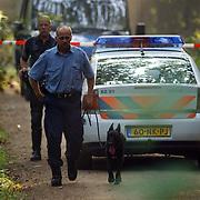 NLD/Huizen/20050906 - Verbrand lijk gevonden langs bospad Bussummerweg Huizen, speurhond