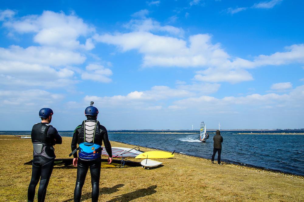 Nederland, Zeeland, Gemeente Schouwen-Duiveland, 16-03-2016; Grevelingendam, zicht op Grevelingenmeer. Strand Meerzicht met windsurfers.<br /> <br /> copyright foto/photo Siebe Swart