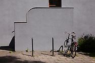 the Naumann housing estate in the district Riehl, built in the years 1927-1929, bicycle infront of a wall of a stairway, Cologne, Germany.<br /> <br /> die Naumannsiedlung im Stadtteil Riehl, in den Jahren 1927-1929 erbaut, Fahrrad vor einem Treppenaufgang, Koeln, Deutschland.