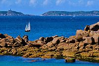 France, Côtes-d'Armor (22), Perros-Guirec, Ploumanac'h, côte de Granit Rose, pointe de Squewel, voilier // France, Côtes-d'Armor (22), Perros-Guirec, Ploumanac'h, côte de Granit Rose, sailing shio