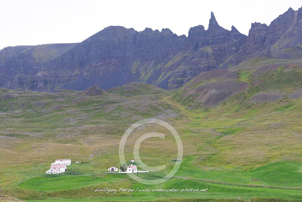 Hraundrangi, eine konische Bergspitze oder Lava Turm die/der Oexnadalur Oxnadalur von Hoergardalur trennt, Akureyri, Nord Island,  Hraundrangi, Lava Column, Rockfall Spire, is a conical peak in the Drangafjall ridge dividing Oexnadalur Oxnadalur from Hoergardalur Hordardalur in North Iceland near  Akureyri