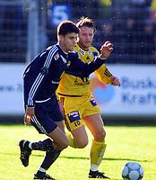 Football, Tippeligaen 14. oktober 2001. Strømsgodset-Bodø/Glimt 1-4. Stefan Gislason, Strømsgodset og Tom Kåre Staurvik, Bodø/Glimt.