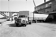 Backning av långtradare till lastkaj vid Vin&Spritcentralens anläggning Årstadal