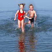 Kinderen spelen, rennin in het water Gooimeer, warme herfstdag