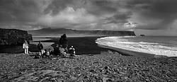 Tourists near the beach at Reynisfjara, south Iceland - Ferðamenn við Reynisfjöru, við Dyrhólaey