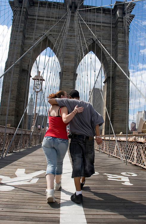 A couple walk Brooklyn bridge to Manhattan.<br /> <br /> Una pareja camina por el puente de Brooklyn en direcciÛn a Manhattan.