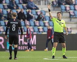 Mike Vestergård (Kolding IF) får en advarsel af dommer Jesper Nielsen under kampen i 1. Division mellem FC Helsingør og Kolding IF den 24. oktober 2020 på Helsingør Stadion (Foto: Claus Birch).