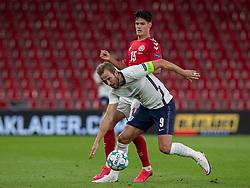 Harry Kane (England) presses af Christian Nørgaard (Danmark) under UEFA Nations League kampen mellem Danmark og England den 8. september 2020 i Parken, København (Foto: Claus Birch).