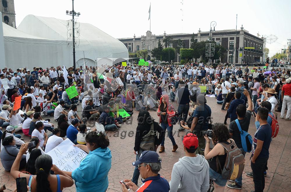 """Toluca, México (Enero 07, 2017).- Cerca de mil personas se manifestaron de manera pacífica en las principales calles de la ciudad de Toluca, donde protestaron en contral del llamado """"gasolinazo"""". Agencia MVT / Arturo Hernández."""