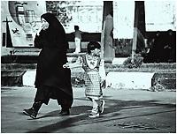 08.2001Shiraz Iran N/z dziwczynka z matka na ulicy *** Girl with her mother in a chador *** fot Michal Kosc / AGENCJA WSCHOD