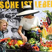 Koning en koningin bezoeken Nedersaksen. In het duitse Leer krijgt Koningin Maxima uitleg over de campagne Frische ist Leben<br /> <br /> King and Queen visit Niedersachsen. In the German town explain Queen Maxima the campaign Frische ist Leben<br /> <br /> op de foto / On the photo:  Queen Maxima and a young girl