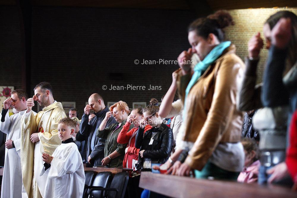 Nederland, Amsterdam , 27 april 2014.<br /> Viering van heiligverklaring  van de pausen Johannes<br /> XXIII en Johannes Paulus II in Rome. <br /> Voor de RK Poolse gemeenschap in NW-Nederland<br /> vormt deze heuglijke gebeurtenis de aanleiding voor een speciale viering in de Pauluskerk in Osdorp.<br /> de Pauluskerk, Pieter Calandlaan 196 in Amsterdam Osdorp.<br /> Links op de foto pater Obiedziński.<br /> Foto:Jean-Pierre Jans