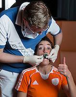 ZWOLLE - Naomi van As. Bitje happen voor de vrouwen van het Nederlands hockeyteam, Het aanmeten van een mondbeschermer. in aanloop van de Champions Trophy in Mendoza (Argentinie).  COPYRIGHT KOEN SUYK