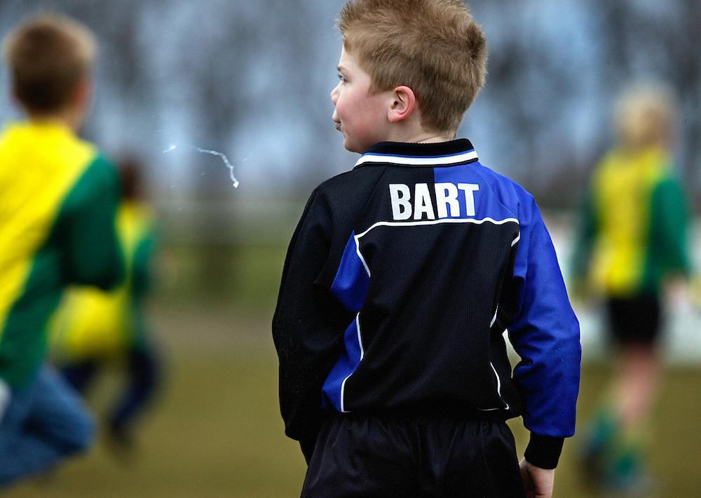 Nederland, Oost-Knollendam, 13 maart 2004.<br /> Voetbal, Nationaal, Competitie, Pupillen-F.<br /> Tijd : 11.42 uur.<br /> Foto:Klaas Jan van der Weij.