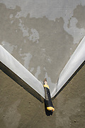 preparing floor with an elastic netting before poring final layer of a concrete floor