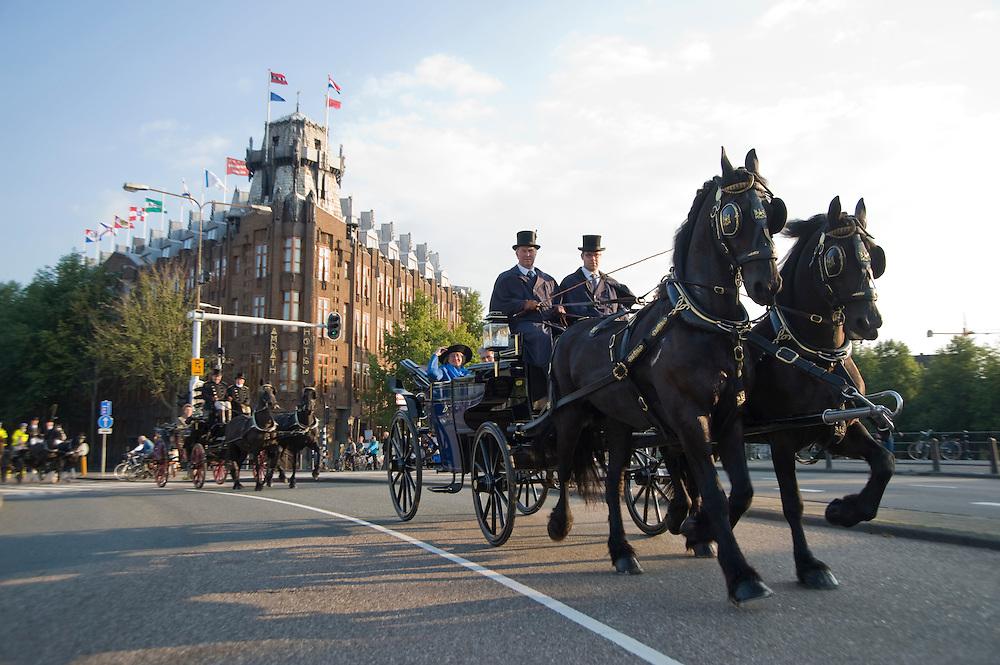 Nederland, Amsterdam, 18 sept 2008.Met paard en wagen door Amsterdam. Een hele reeks koetsen rijdt over de Prins Hendrikkade op weg naar iets feestelijks..Foto (c) Michiel Wijnbergh